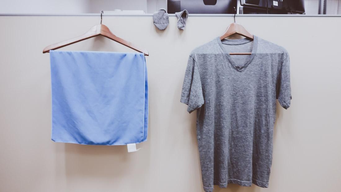 会社で洗濯物を干す