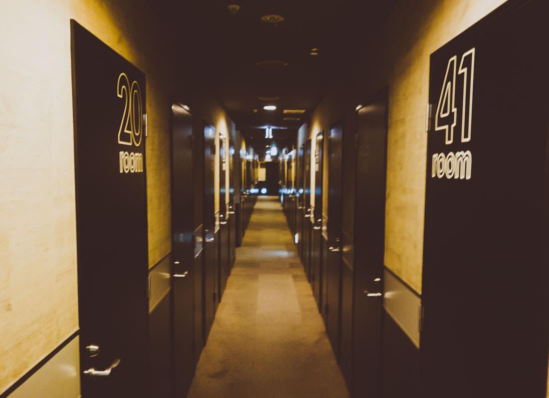 ビデオ試写室キャッツの廊下